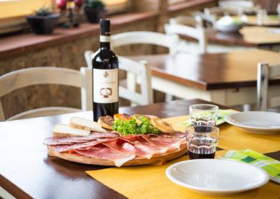 Antipasto toscano - Tagliere di affettati toscani, formaggi e crostini e un buon bicchiere di vino rosso chianti - Bed & Breakfast Il Ceppo - Monteriggioni - Toscana